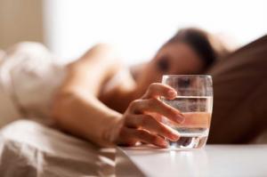 იაპონური ექსპერიმენტული პროცედურა: რა დაემართება თქვენს ორგანიზმს, თუ 1 თვის განმავლობაში უზმოზე წყალს დალევთ?