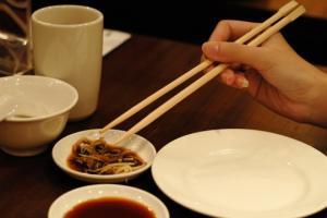 რატომ მირთმევენ ჩინეთში საჭმელს ჩხირებით და რატომ არასოდეს იყენებენ კოვზს