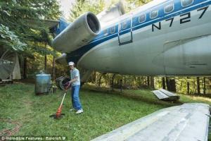 ამერიკელი პენსიონერი შუა ტყეში BOEING 727 -ში ცხოვრობს