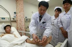 პაციენტის მოწყვეტილი ხელი  ჩინელმა  ქირურგებმა მეტად უცნაური გზით  გადაარჩინეს