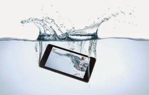 რა უნდა ვქნათ, თუ ტელეფონი წყალში ჩაგვივარდა