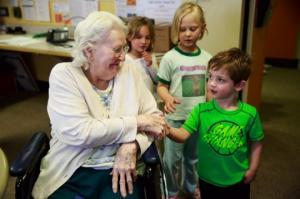უნიკალური ექსპერიმენტი აშშ-ში: მოხუცთა თავშესაფრის და საბავშვო ბაღის გაერთიანება