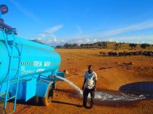 მამაკაცი ყოველდღე 45 კმ-ს გადის სატვირთო მანქანით, როდესაც ის წყალს უშვებს, რაღაც საოცრება ხდება...
