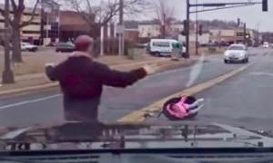 """პატარა ბავშვის """"დესანტირება"""" სავარძლიანად მანქანიდან გზაზე"""