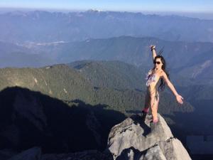 წაგებული ფსონის პირობის თანახმად მთის მწვერვალზე საცურაო კოსტიუმით ასული გოგონა ხეობაში  ჩავარდა და გაიყინა