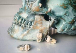 იუველირი გოგონა რომელიც ნივთებს ამზადებს ადამიანის კბილებისა და ძვლებისგან