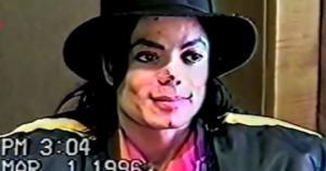 იცინის და ამთქნარებს-გამოქვეყნდა მაიკლ ჯექსონის დაკითხვის ვიდეო პედოფილიის საქმეზე(ვიდეო)