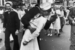 გარდაიცვალა მეორე მსოფლიო ომის საკულტო ფოტოს გმირი