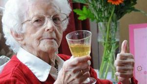 ალკოჰოლი, ჭარბი წონა და ყავა 100 წლამდე ცხოვრებაში დაგეხმარებათ!