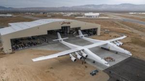 მსოფლიოში ყველაზე დიდი თვითმფრინავი პირველად აიჭრა ცაში(ვიდეო)