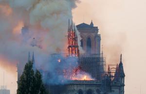 ნოტრ-დამის ცეცხლის კვამლში იესოს სილუეტი შენიშნეს