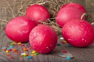 როგორ შევღებოთ სააღდგომოდ კვერცხები, მხოლოდ ბუნებრივი კომპონენტით
