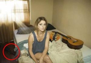 მეგობრის მიერ გაგზავნილი ფოტოს საშუალებით, ქმარმა ცოლი ღალატში გამოიჭირა...