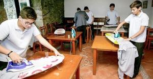 ესპანურ სკოლაში ბიჭებს დაუთოებას, კერვასა და საჭმლის მომზადებას ასწავლიან