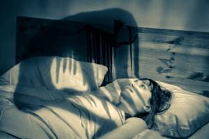 გაიღვიძეთ, მაგრამ ვერ მოძრაობთ - 9 შემზარავი ფაქტი ძილის პარალიზის შესახებ