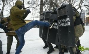რუსეთის ქალაქ ეკატერინბურგში სკოლის მოსწავლეებს სამხედრო პოლიციამ პრაქტიკულად ანახა  თუ როგორ უნდა დაშალონ მომიტინგეები