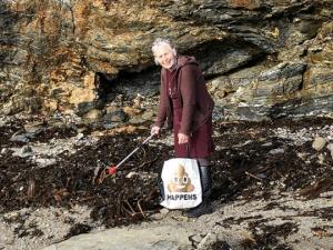 70 წლის ბებო, რომელმაც ერთი წლის მანძილზე 52 პლაჟი დაასუფთავა, მას შემდეგ რაც პლასტიკური დაბინძურების შესახებ დოკუმენტურ ფილმს უყურა
