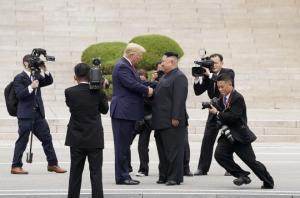ტრამპის დიპლომატია და გახარებული კიმ ჩენ ინი - პირველად ისტორიაში ამერიკის მოქმედმა პრეზიდენტმა ჩრდილოეთ კორეაში შეაბიჯა
