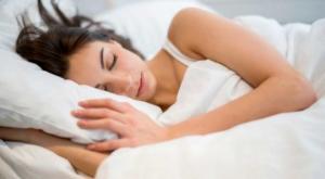3 რამ, რაც ემართება ჩვენს სხეულს, როცა გვიან ვწვებით დასაძინებლად