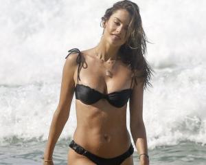 """,,ვფიქრობ, ბავშვების გაჩენის შემდეგ უკეთესი სხეული მაქვს"""" – ალესანდრა ამბროსიო პორტო ალეგრეს სანაპიროზე ნებივრობს"""