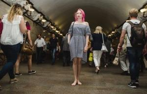 რუსეთში ეპიდემიასავით გავრცელდა ფლეშმობი-მეტროპოლიტენში ჩასვლა და მგზავრობა ფეხსაცმლის გარეშე