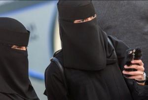 """""""აბაიას"""" უკან დამალული სილამაზე - როგორ გამოიყურებიან საუდელი ქალბატონები შავი სამოსის მიღმა"""