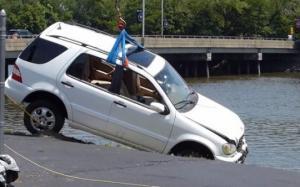 ქალს ავტომობილის სატერფული შეეშალა და მდინარეში გადავარდა(ვიდეო)