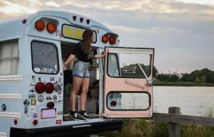 """21 წლის ამერიკელმა გოგომ მიატოვა ყველაფერი და სამი წელია """"ბორბლებზე"""" ცხოვრობს"""