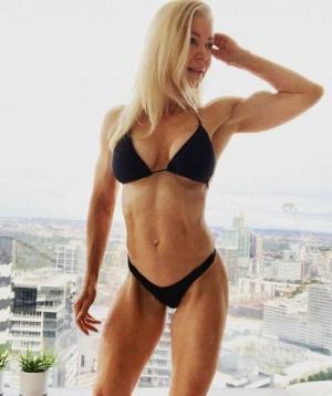 63 წლის ავსტრალიელი ქალი მოდელივით გამოიყურება ( ფოტოები)