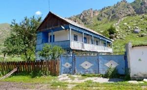აული ხურზუკი ყარაჩაეთ--ჩერქეზეთში, სადაც ქართველები ცხოვრობდნენ და ქართული არქიტექტურა ჭარბობს