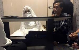 მორიდებულმა ინდონეზიელმა ბიჭმა ინტერნეტით გაიცნო გოგონა, რომელიც შეუყვარდა და ცოლობა სთხოვა, დაქორწინების მერე კი მოხუცი შერჩა ხელთ