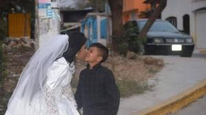 ქალმა იქორწინა პატარა ბიჭზე