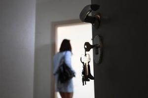 რუსმა ქალმა სამი მცირეწლოვანი შვილი სახლში მარტო დატოვა და თვითონ დასასვენებლად წავიდა
