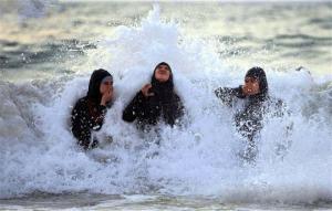 იცით, როგორ ბანაობენ ზღვაში არაბი ქალები?