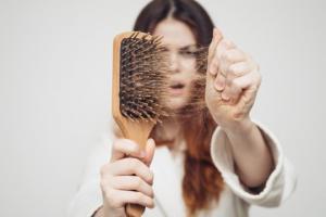 რატომ გვცვივა თმა და როგორ შევაჩეროთ ეს პროცესი