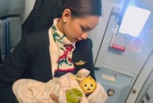 თვითმფრინავის ბორგამცილებელმა ქალმა  ფრენისას მისთვის სრულიად უცხო ბავშვი ძუძუთი გამოკვება