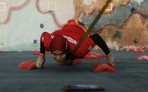 """ნამდვილი """"ადამიანი-ობობა"""" 24 წლის ინდონეზიელი გოგონა არიეს სუსანტი, რომელმაც კედელზე ცოცვისას  ფანტასტიური მონაცემები გამოავლინა"""