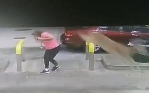 ამერიკის შეერთებული შტატების ჯორჯიის შტატის ერთერთ ქალაქში მანქანაში საწვავის ჩასხმისას ქალს ირემი თავზე გადაახტა