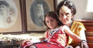 როგორ ცხოვრობს  ქალი, რომელმაც შვილი 66 წლის ასაკში გააჩინა
