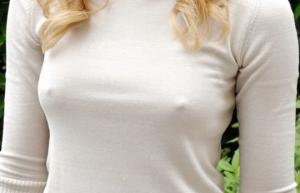 ღირს თუ არა შემოტმასნილი ტანსაცმლის ქვეშ ბიუსტჰალტერის ტარება? ცნობილები ბიუსტჰალტერის წინააღმდეგ