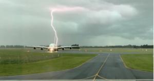 აეროპორტში ზუსტად თვითმფრინავის გვერდზე ელვა ჩამოვარდა