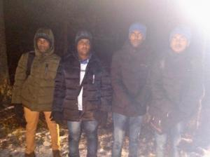 """თაღლითმა რუსეთიდან ფინეთში გადასაყვანად აზიელების ჯგუფს 10 000 ევრო გამოართვა  და მათ მოსატყუებლად """"სასაზღვრო ბოძებიც"""" ჩაასო ტყეში"""