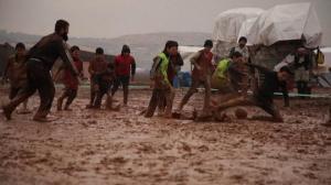 ტალახი ბალახის ნაცვლად საფეხბურთო მოედანზე - ერთი დღე სირიაში. (ვიდეო)