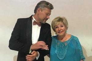 """ვიდეო: """"მიყვარს, არ შემიძლია - 77 წლის ტელეწამყვანი ახალგაზრდა საყვარელზე ქორწინებას აპირებს"""