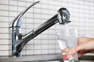 დაღლილობა, ოფლიანობა და სხვა ნიშნები, რომ ბევრ წყალს სვამთ