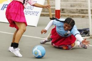 პერუ,  ალბათ ერთადერთი ქვეყანაა მსოფლიოში, სადაც ქალთა საფეხბურთო ლიგაში ქვედა ბოლოებით თამაშობენ ფეხბურთელები
