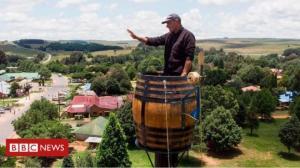 აფრიკაში კაცი ორ თვეზე მეტია 25 მეტრის სიმაღლეზე,ღვინის კასრში ცხოვრობს
