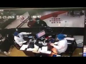 ვიდეო; ჩინელები განზრახ ახველებენ ექიმებთან, რომლებსაც არ აღმოაჩნდათ საჭირო მედიკამენტები.