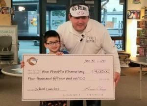 8 წლის ბიჭუნამ მთელი სკოლის მოწაფეებს კვების ვალები დაუფარა