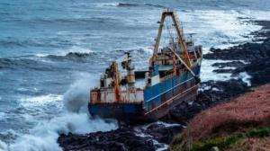 """ვიდეო: ირლანდიის სანაპიროზე """"ხომალდი-მოჩვენება """"გამოირიყა ეკიპაჟის გარეშე"""